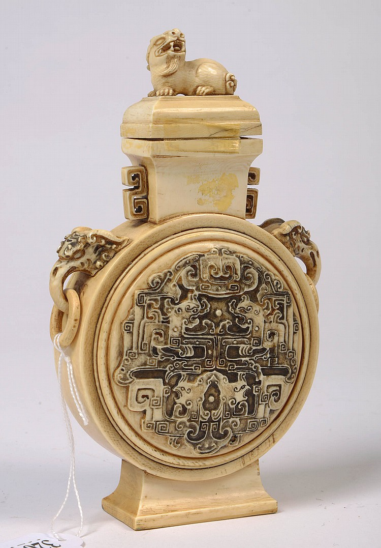 Flacon en forme de gourde en ivoire sculpté décoré de