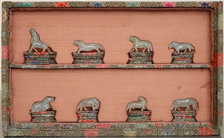 Série de huit petits chevaux en jade. Travail chinois. (Dans une boîte vitrée). H.:2cm.