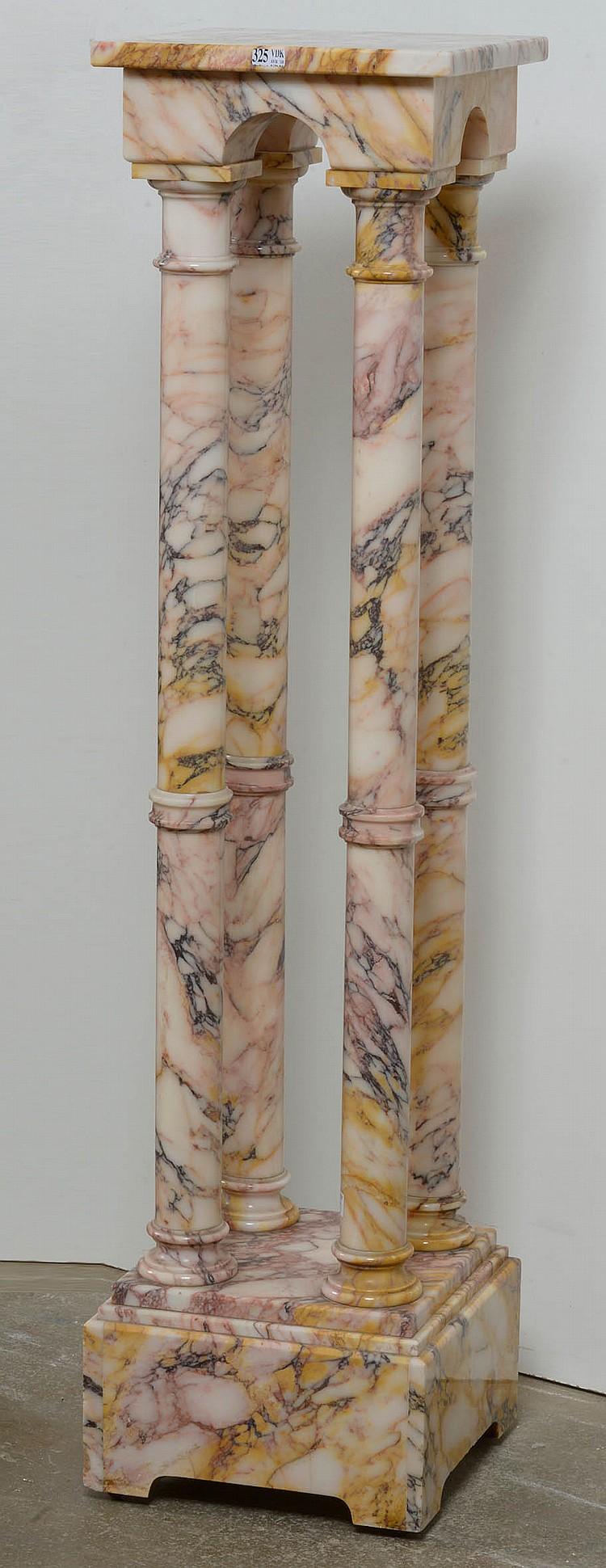 Colonne munie d'une arcade et de quatre fûts en marbre rose veiné orange et noir. (Petits coups à la base). H.:113,5cm.