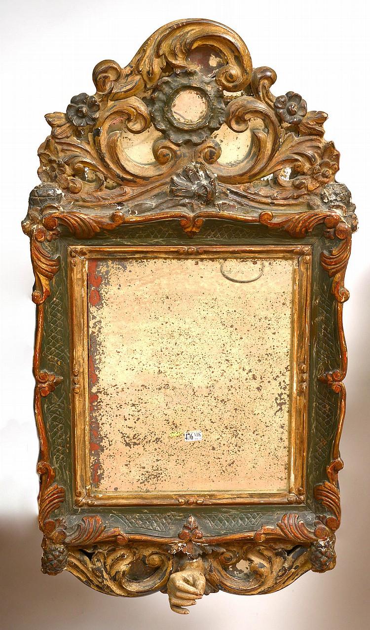 Miroir en bois sculpté, polychromé et doré muni d'une 'Main de Dieu