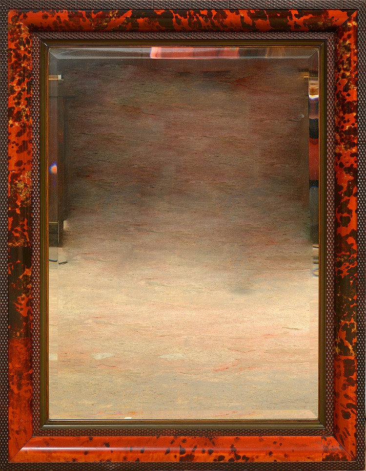 Grand miroir en bois sculpté et en écaille rouge. Par la Maison Franck à Anvers. Epoque: XXème. Dim.:99,5x77cm. Dim.(glace):79,5x57cm.