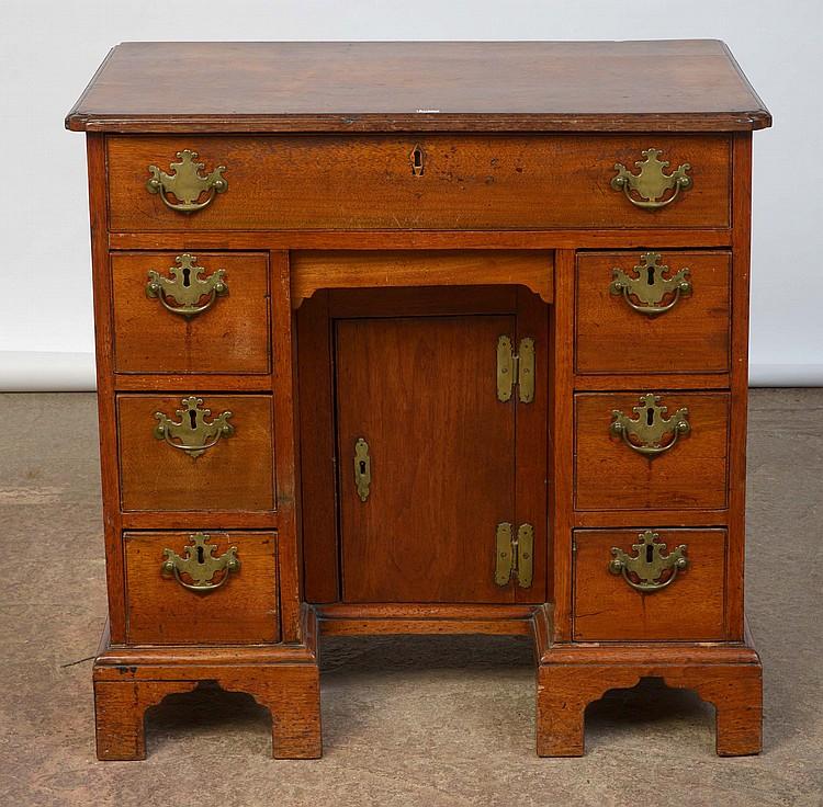 Petit bureau en acajou muni d 39 un tiroir en ceinture et de de for Petit bureau tiroir