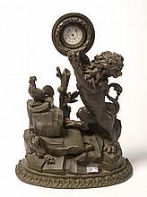 Porte-montre en bois sculpté et peint en brun décoré d'un