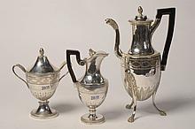 Une cafetière, un pot à lait et un sucrier de style Empire en argent 950/1000ème et 800/1000ème.  Poinçons de Paris (1798-1809),  poinçons de Paris (?) (Fin XVIIIème) et poinçon Belge (1831-1868). (*). Poids total:+/-2240grs.