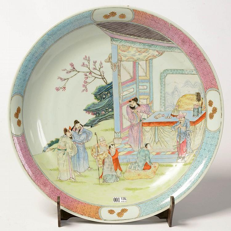 Plat rond en porcelaine polychrome de chine au d cor aux pe for Personnage decoration jardin