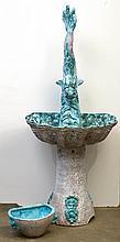 Ensemble de deux faïences polychromes de Vallauris émaillées vertes et blanches comprenant une fontaine en forme de