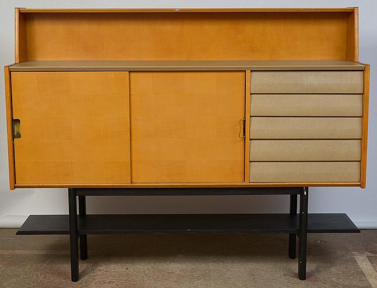 buffet en bois clair ouvrant par deux portes coulissantes m. Black Bedroom Furniture Sets. Home Design Ideas