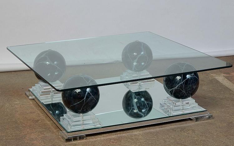 grande table basse carr e en verre reposant sur quatre pieds. Black Bedroom Furniture Sets. Home Design Ideas