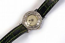 Montre pour dame de marque  Jaeger LeCoultre en or blanc 14 carats sertie de diamants taille brillant. Modèle