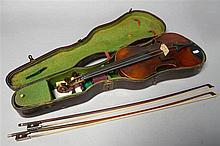 Un violon portant une étiquette