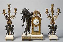 Garniture de cheminée de style Louis XVI en marbre blanc, bronze (?) à pati
