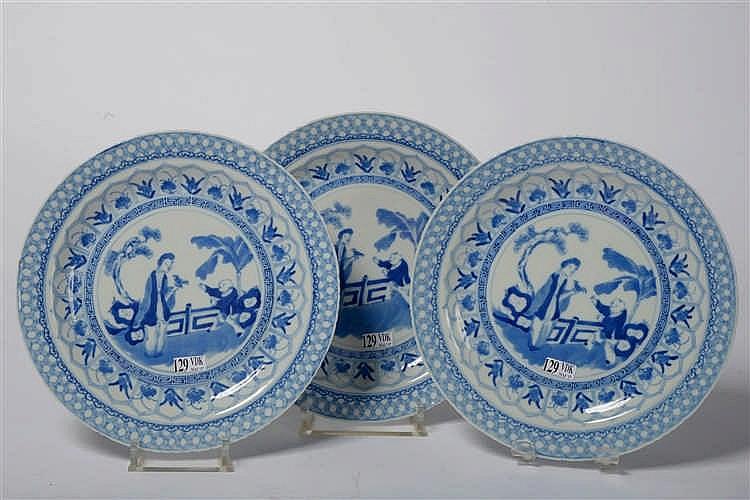 s rie de trois grandes assiettes plates en porcelaine bleue. Black Bedroom Furniture Sets. Home Design Ideas