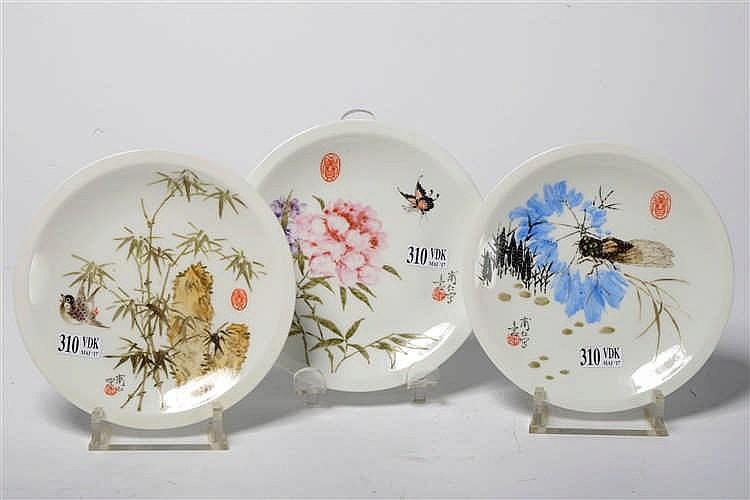 s rie de trois petites assiettes plates en porcelaine polych. Black Bedroom Furniture Sets. Home Design Ideas