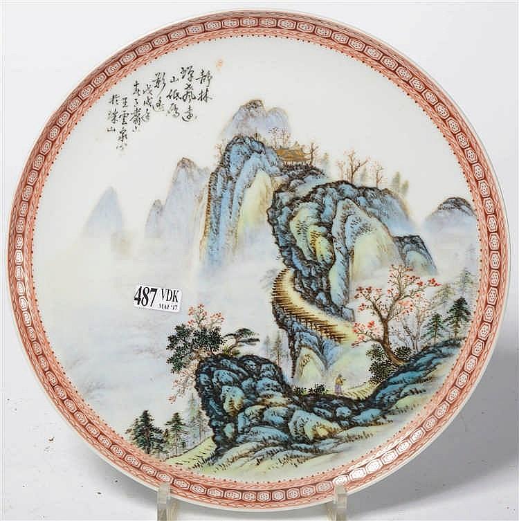 Petit plat rond sur pied en porcelaine polychrome de chine d for Porcelaine de chine