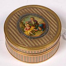 Petite boîte ronde en écaille à la monture et l'ornementation en or 18 carats ornée d'une miniature illustrant