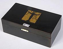 Coffret rectangulaire en bois laqué noir décoré d'un