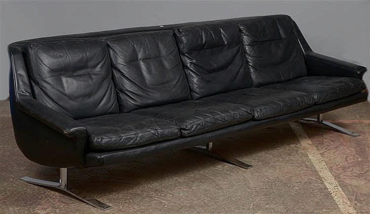 Grand canap quatre places recouvert de cuir noir pi tement - Canape cuir noir but ...