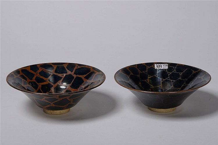 paire de bols en c ramique verniss e au d cor stylis brun. Black Bedroom Furniture Sets. Home Design Ideas