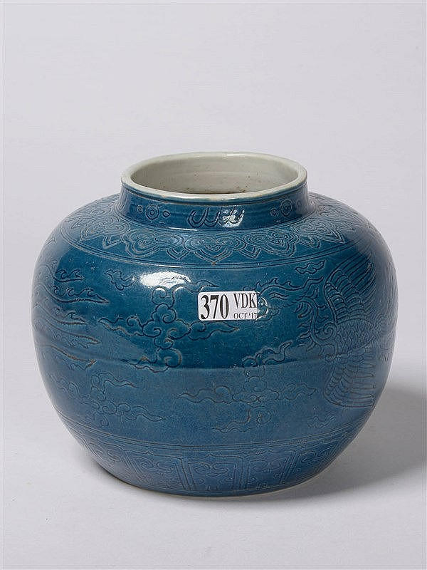 vase en porcelaine turquoise de chine au d cor incis de ph. Black Bedroom Furniture Sets. Home Design Ideas