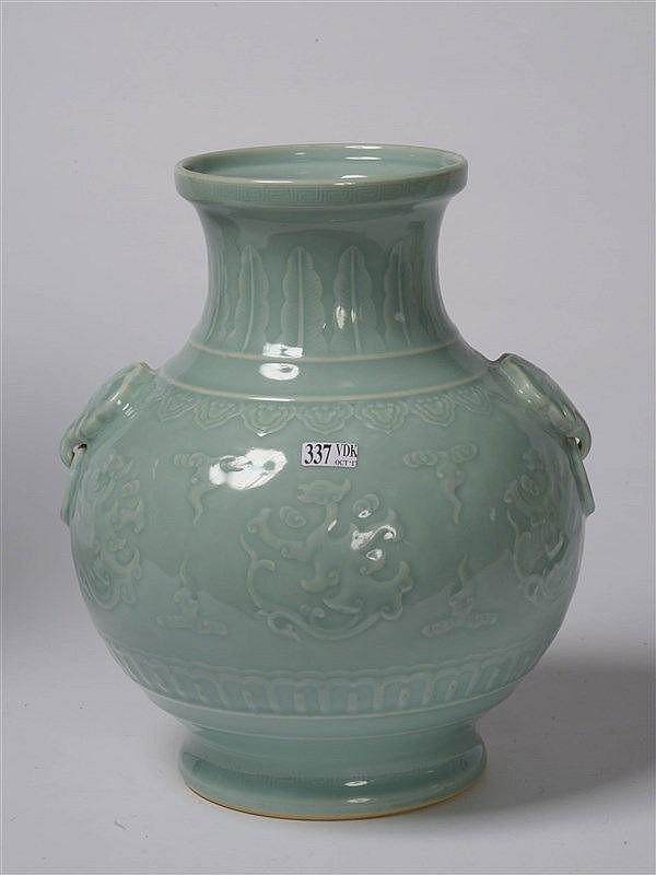 vase en porcelaine c ladon vert de chine au d cor aux drago. Black Bedroom Furniture Sets. Home Design Ideas