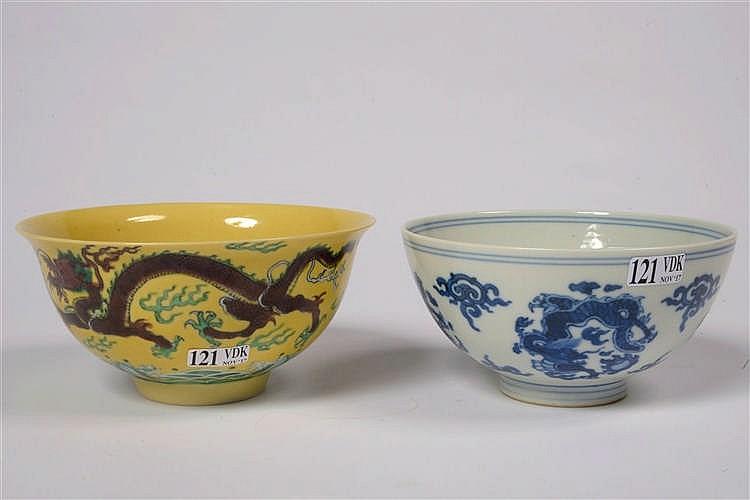 Deux bols en porcelaine polychrome ou en porcelaine bleue et - Applique porcelaine blanche ...
