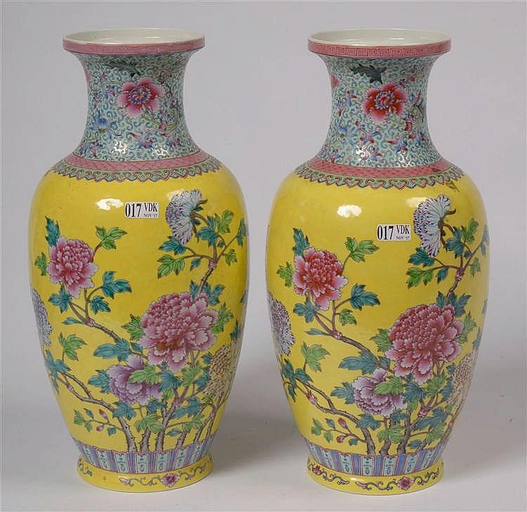 Paire de vases en porcelaine polychrome de chine d cor s de for Porcelaine de chine