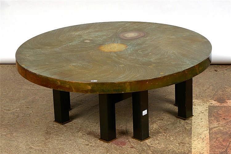 Table de salon ronde en laiton cisel et incrust de deux ag for Pietement table ronde