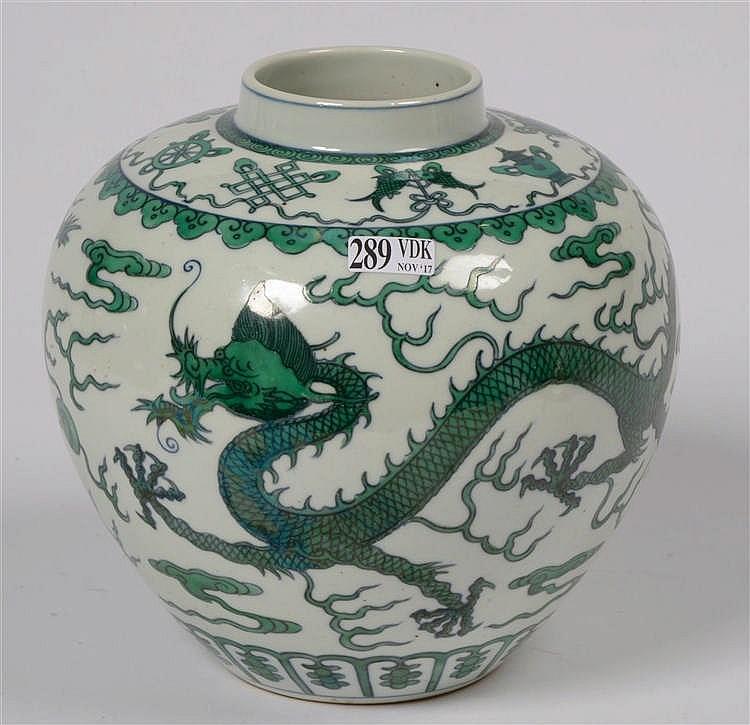 Vase en porcelaine verte et blanche de chine d cor de drag for Porcelaine de chine