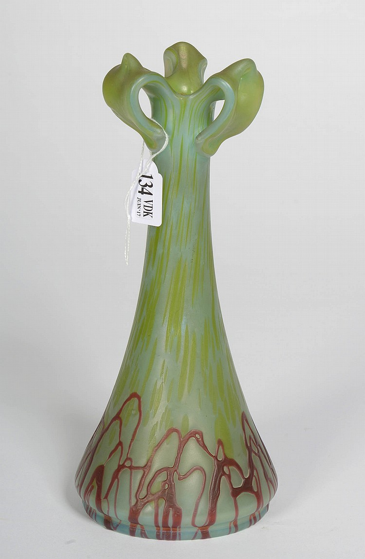petit vase trois anses en verre iris vert et rouge trava. Black Bedroom Furniture Sets. Home Design Ideas