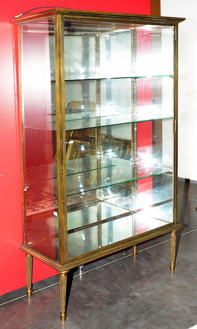 petite vitrine de magasin d 39 inspiration louis xvi en laiton. Black Bedroom Furniture Sets. Home Design Ideas
