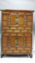 Corée, XIX° siècle.   Meuble à deux corps en placage ouvrant par deux portes et quatre tiroirs.
