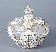 SUCRIER en verre doublé d'émail blanc taillé à motif de feuilles à contours et nervures dorées. Haut.