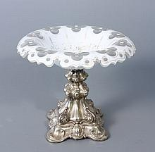 COUPE sur pied en argent travaillé et bord dentelé en verre doublé d'émail blanc à décor doré de guirlandes de fruits (décor usé), taillé de motifs quadrilobés. Haut.