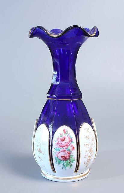 Vase bord godronn en verre bleu taill c tes plates la p for Decoration vase en verre