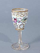 VERRE à pied en verre, la coupe doublée d'émail blanc taillé à pontils et à décor d'oiseaux et de fleurs ; filets dorés.Haut.