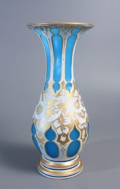 vase balustre en opaline bleue doubl e d 39 mail blanc d cor. Black Bedroom Furniture Sets. Home Design Ideas