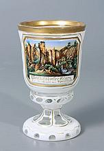 GOBELET à piédouche en verre doublé d'émail blanc à filets dorés, taillé à réserve ornée d'un paysage de montagne et de chalets légendé Weekelsdorfer Felsen. Haut