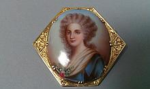 BROCHE en or jaune 18cts, ornée d'une miniature peinte représentant une élégante. Pb 14,7g
