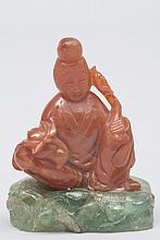 CHINE (XIX°). FIGURE de Guanyin en agate. 11,5x9,5cm