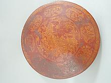 CHINE (XIX°). BOITE couverte en bois laqué à fond rouge ornée d'un décor doré avec scène animée de personnages dans des réserves. Diamètre 35,5cm (accidents)