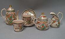 JAPON, 1900. SERVICE à thé Satsuma composé de deux tasses et sous tasses, un pot à lait, une théière et un pot à sucre.