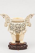 CHINE (début XX°). BRULE PARFUM en ivoire orné d'un riche décor sculpté de dragons dans des réserves. Il repose sur un piétement tripode terminé par des griffes de lion. Socle en bois vernis H 23,5cm (couvercle manquant)