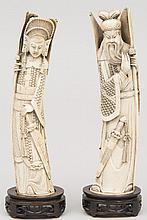 CHINE (début XX°). Deux SUJETS en ivoire sculpté représentant un couple de dignitaires. Socle en bois sculpté H 35,5 et 34,5cm