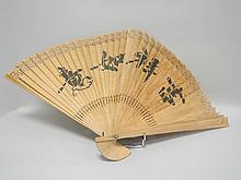 CHINE vers 1900. EVENTAIL en bois avec calligraphies et paysage (accidents)