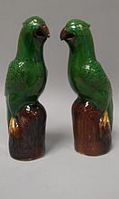 CHINE (XIX°). Paire de SUJETS en biscuit émaillé représentant des perruches. H 23,5cm