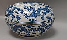 CHINE (XX°). BOITE en porcelaine bleu et  blanc à décor des neuf dragons. Marque Guang Xu  H 18cm (éclats au couvercle)