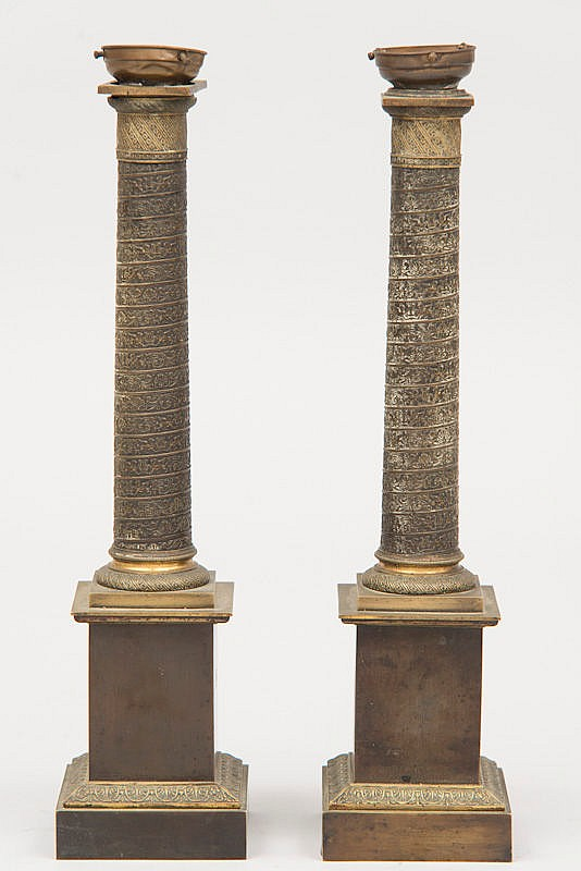 Paire de COLONNES en BRONZE double patine brune et dorée reposant sur des bases carrées à gradins. Epoque XIX°. Montées à l'électricité. H 48,5cm