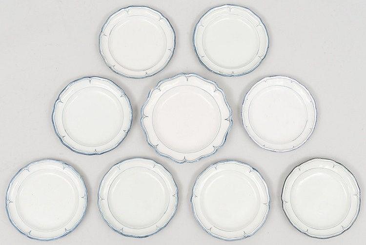 MOUSTIER (faïence de) Epoque XVIII°. Rare, ensemble de sept ASSIETTES et deux PLATS creux à fond blanc, forme orfèvrerie, simple décor de filets bleus soulignant la lèvre et les légers reliefs de l'aile, Ø assiettes 23cm plat moyen 27cm grand plat