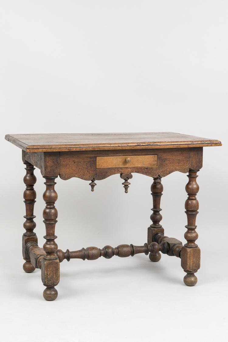 Table en noyer ouvrant un petit tiroir ceinture chantourn - Tiroir table escamotable ...