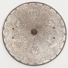 Rondache en fer entièrement ciselée à décor de rosace et cartouches orné de personnages en armure